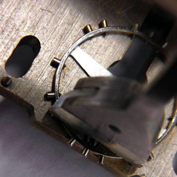 Liipottimen tasapainotus: painoruuvien alle asetetaan painoprikkoja.